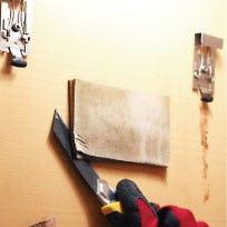 壁に貼り付いているミラーマットを削る