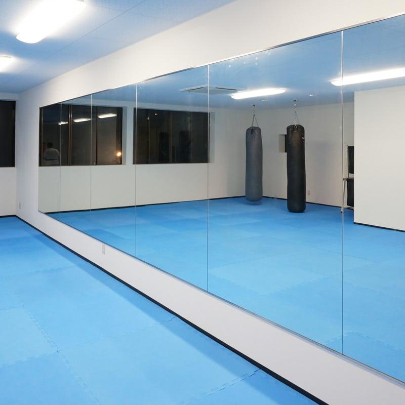 スタジオの大型鏡