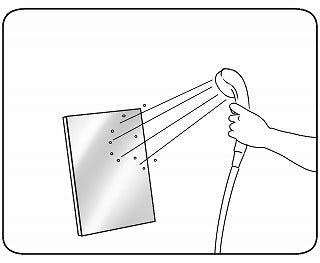 鏡の表面をシャワーで流す。