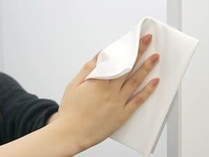 皮脂汚れがついてしまった場合は、製品同梱の専用クリーナークロスで優しく拭いてください。